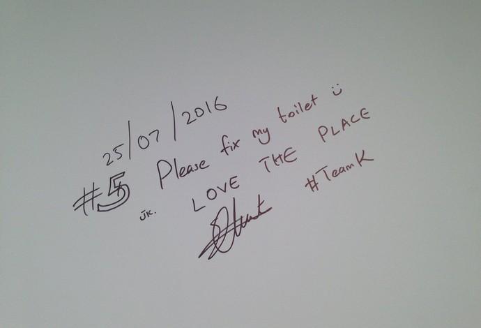 Queniano deixa mensagem em quadro na Vila (Foto: Zeca Azevedo)