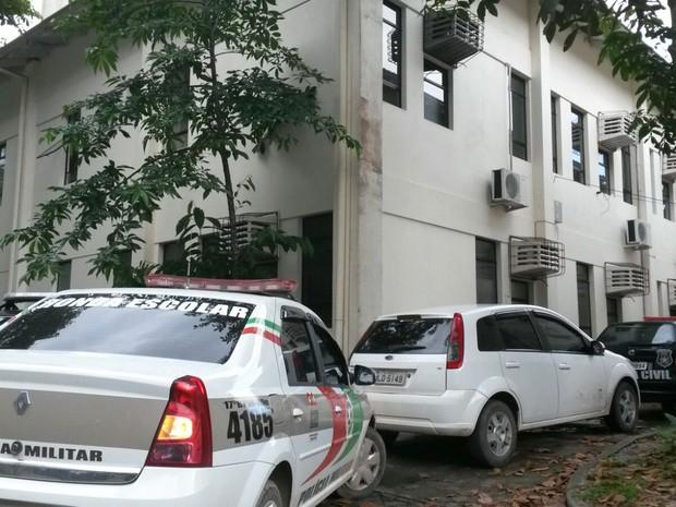 Movimentação em frente à DIC de Joinville era intensa na tarde desta terça (8) (Foto: Julio Ettore/RBS TV)