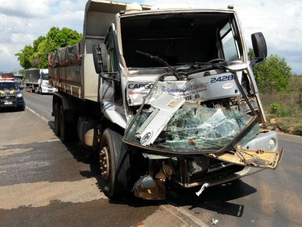 Cabine do caminhão ficou parcialmente destruída depois da batida (Foto: Blogbraga / Repórter Paiva)