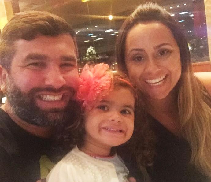 Igor Lage faz selfie com a esposa e a filha (Foto: Arquivo pessoal)