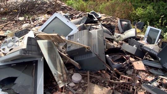 Lixo eletrônico é jogado na beira da Estrada do Dique, em Vila Velha