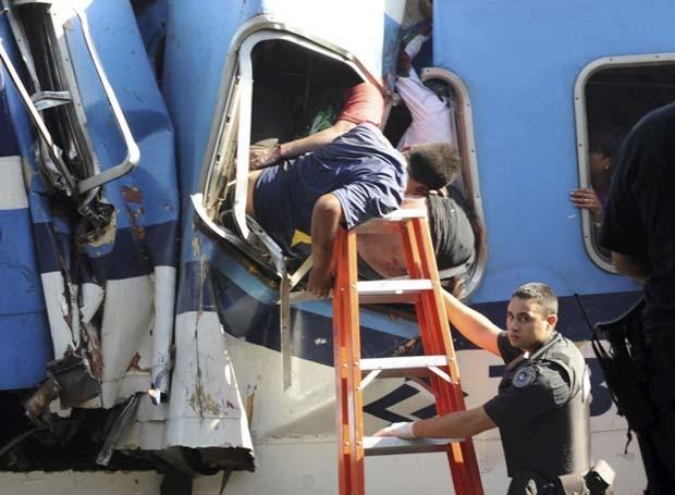 Passageiros são retirados de vagão acidentado nesta quarta-feira (22) em Buenos Aires (Foto: Reuters)