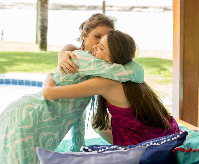 Carolina fica feliz ao conversar com a filha (Foto: Felipe Monteiro/ Gshow)