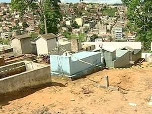 Mulher morre a tiros dentro de cemitério em Colatina, no Espírito Santo (Foto: Reprodução/TV Gazeta)