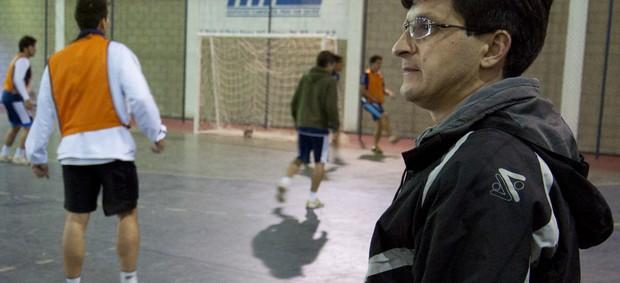 O técnico Ricardo Reis, do Taubaté Futsal, observa jogadores treinando no ginásio da Vila Aparecida (Foto: Divulgação/Top10 Comunicação)