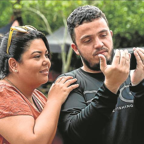 Fabiana Karla e o diretor Pedro Antonio assistem a uma cena do filme 'Uma pitada de sorte' (Foto: Fábio Bouzas)