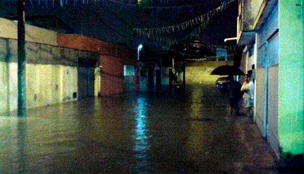 Rua Luiz Cúrcio Cabral, em Dix-Sept Rosado, ficou alagada  (Foto: Edilene Castro/G1)
