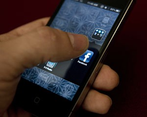 Ícone do aplicativo do Facebook aparece na tela do iPhone (Foto: AFP)