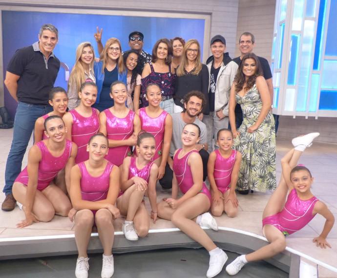 Convidados posam com Fátima no palco do 'Encontro' (Foto: Marcele Bessa/Gshow)