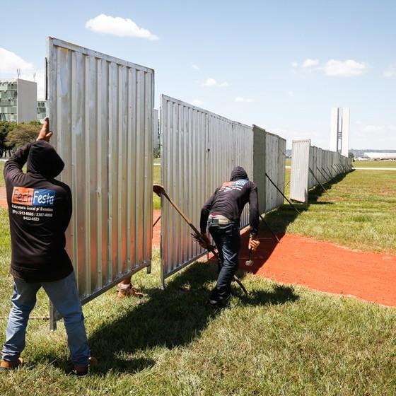 Muro em Brasília construído para separar manifestantes.  (Foto: Sergio Lima/ Época)