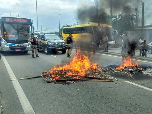 Manifestantes atearam fogo em lixo (Foto: Ronaldo Moreno / Sindipetro-RJ)