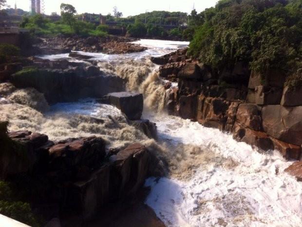 Água ainda não voltou ao normal no rio Tietê (Foto: Juliana Furio/ TV TEM)