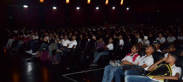 Alunos assistem filme, durante o FICI, e já começam a receber os combos (Foto: Divulgação / TV Sergipe)