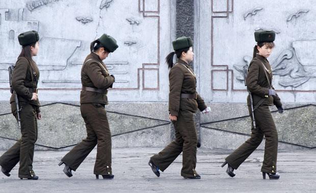 Soldadas norte-coreanas patrulham as margens do Rio Yalu, próximo à cidade de Sinuiju, na fronteira com a China em Dandong, nesta quinta-feira (11) (Foto: Jacky Chen/Reuters)