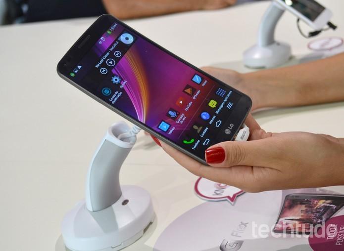 LG G Flex 2 tem como diferencial a tela curva Galaxy S6, da Samsung (Foto: Isadora Díaz/ TechTudo)