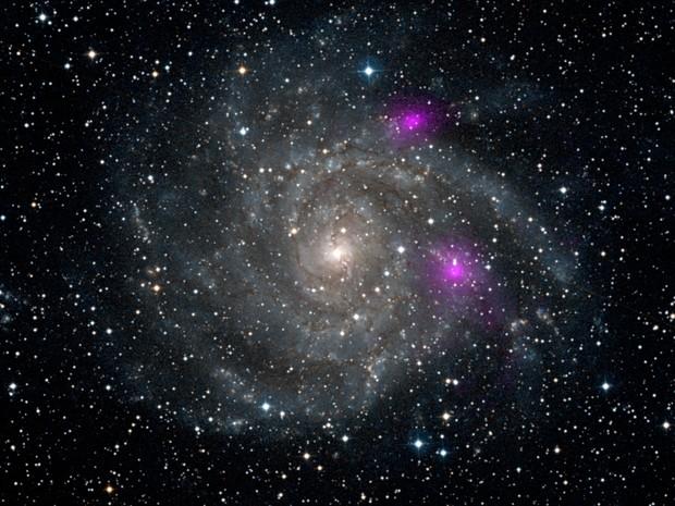 Imagens de buracos negros na galáxia espiral IC 342 são mais vivas que de outros com tamanhos semelhantes (Foto: NASA/JPL-Caltech/DSS)