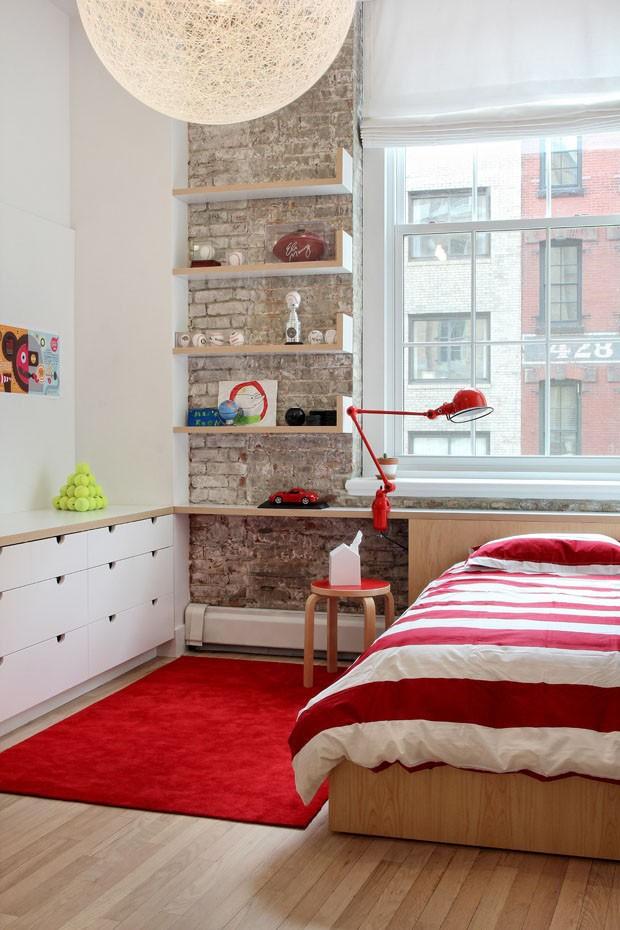 Décor do dia: acessórios vermelhos no quarto (Foto: GARRETT ROWLAND)