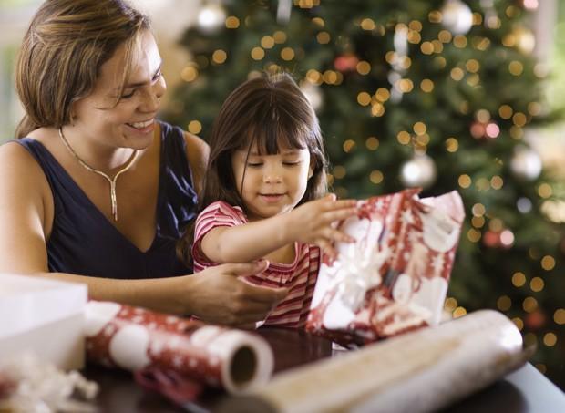 Mãe e filha embrulhando os presentes de Natal (Foto: Thinkstock)