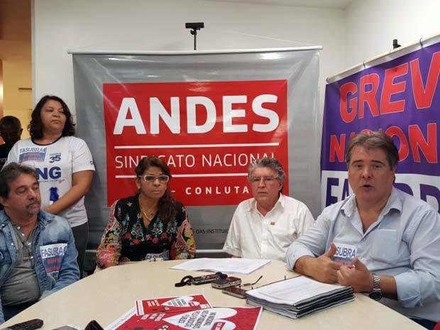 Representantes dos sindicatos dos professores e técnicos de universidades federais durante coletiva na manhã desta quinta-feira  (11) em Brasília (Foto: Luciana Amaral/G1)