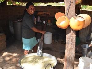 Caxiri servido na cuia é bebida indígena tradicional  (Foto: Vanessa Lima)