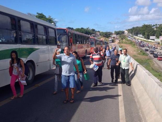 Passageiros andam por viaduto na PE-15 (Foto: Kety Marinho/TV Globo)