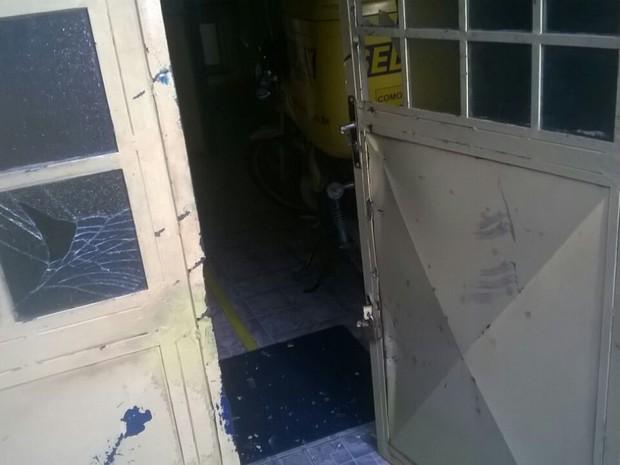 Assaltantes arrombaram porta principal da agência dos Correios em Montadas (Foto: Mário Aguiar/TV Paraíba)