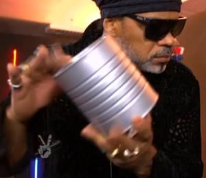 Carlinhos Brown faz música com lata (Foto: TV Globo)