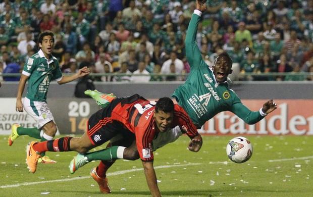 André Santos e Arizala penalti, Leon x Flamengo (Foto: EFE)