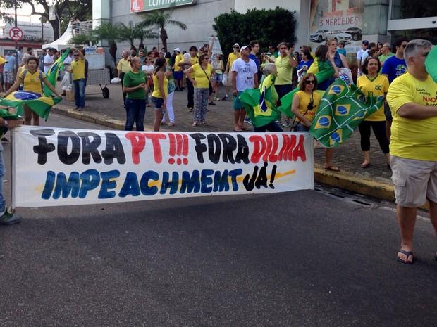 Em Natal, protesto acontece ao lado do shopping Midway (Foto: Emmily Virgilio/Inter TV Cabugi)