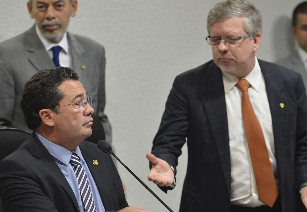 Na foto de 2014, o então presidente da CPMI da Petrobras, senador Vital do Rêgo (ao microfone), e o relator da comissão, deputado Marco Maia (à direita) (Foto: José Cruz/Agência Brasil)