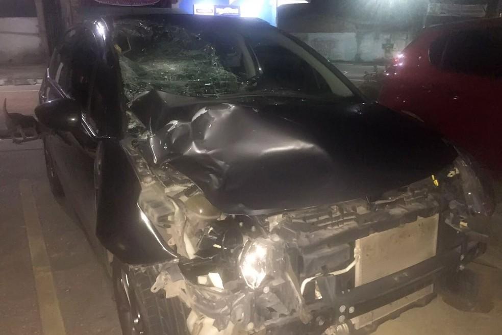 Carro da motorista teve a frente destruída com impacto da batida (Foto: Ascom/PC)