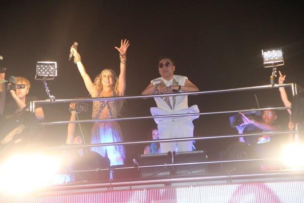 Psy assiste Claudia Leitte no trio (Foto: Dilson Silva / Agnews)