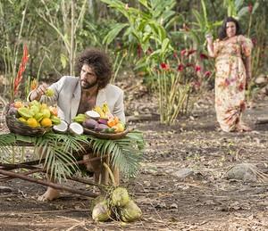 Teodora estranha ver Tarzan preparando festa (Foto: Felipe Monteiro/Gshow)