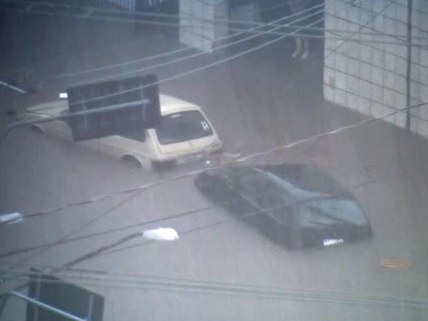 Carros ficam debaixo d'água na região da Mooca durante temporal na tarde desta quarta-feira (Foto: Reprodução/TV Globo)