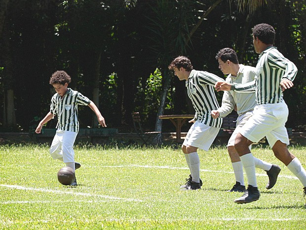 De uniforme do time, Elias joga bola entre os adultos e manda muito bem! (Foto: Lado a Lado / TV Globo)