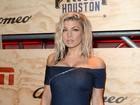 Fergie usa vestido tomara que caia curtinho nos Estados Unidos