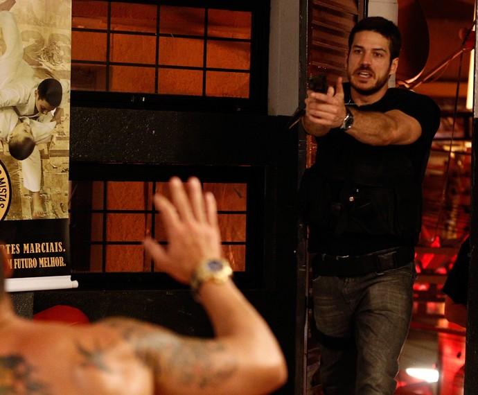 Dante vai com tudo para cima de Juliano (Foto: Inácio Moraes/ Gshow)