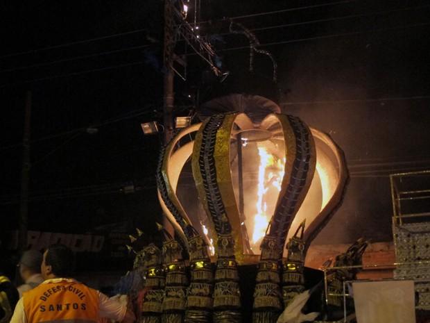 Em destaque, a 'coroa' do Rei Pelé em carro alegórico que pegou fogo em Santos, SP (Foto: Fúlvio Feola/G1)