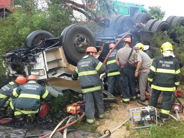 Caminhão tombou, matando o motorista e deixando passageira ferida na BR-386 no RS (Foto: Divulgação/PRF)