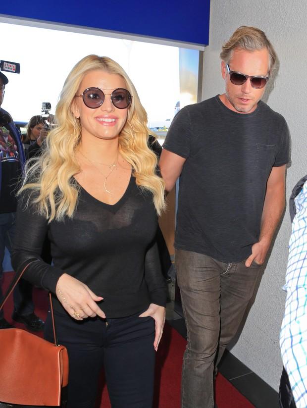 X17- Jessica Simpson e o marido, Eric Johnson, em aeroporto em Los Angeles, nos Estados (Foto: X17online/ Agência)