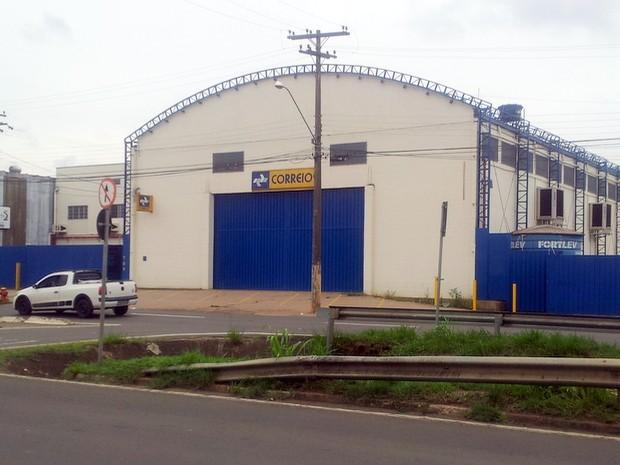 Unidade de distribuição dos Correios com as portas fechadas em Piracicaba (Foto: Suzana Amyuni/G1)