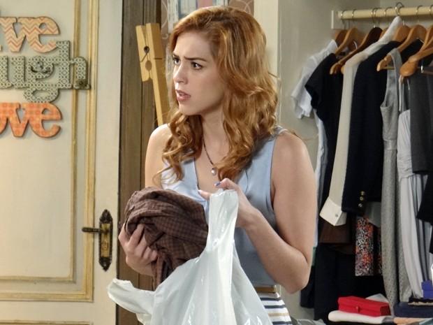 Gaby vê a mãe com as roupas do pai numa sacola e desconfia de segredo (Foto: Gabriela Duarte/Gshow)