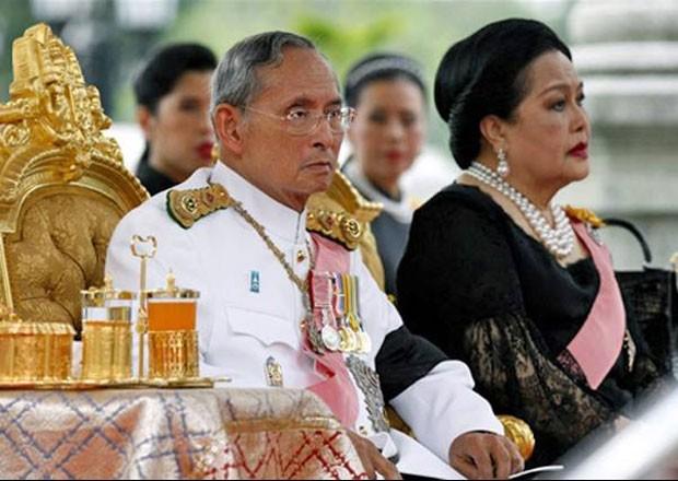 Em foto de 2009, Rei Bhumibol Adulayadej e a rainha Sirikit (Foto: AFP)