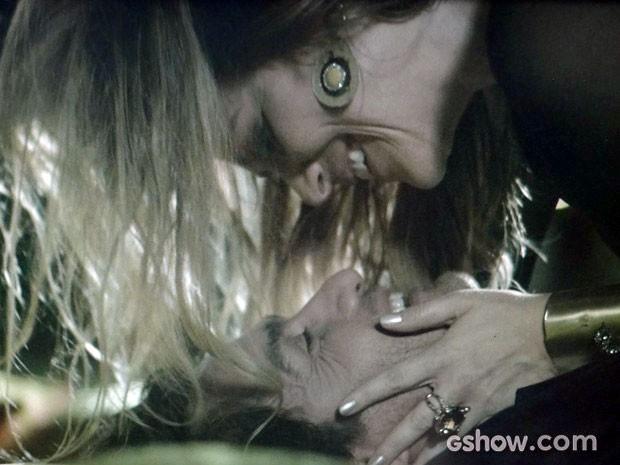 E parece que Laerte gostou do beijo de Shirley (Foto: Em Família/TV Globo)