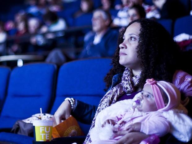 Mãe e filho em seção do CineMaterna (Foto: CineMaterna/Divulgação)
