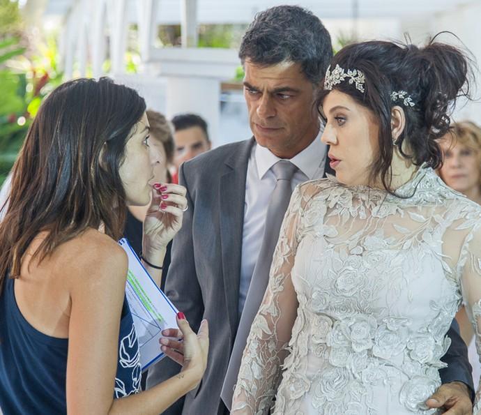 Bárbara Paz e Eduardo Moscovis escutam a diretora Joana Jabace (Foto: Artur Meninea/ Gshow)
