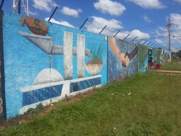 Um dos seis grafites questionados pela Secretaria de Educação do DF (Foto: Raquel Morais/G1)