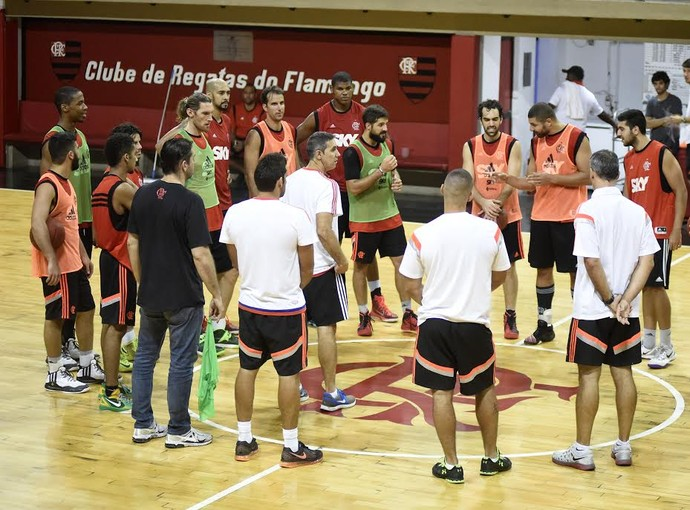 José Neto conversa com seu elenco a cinco dias da primeira partida da decisão (Foto: André Durão)