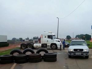 Caminhoneiros bloqueiam a BR-364 em Rondonópolis, Mato Grosso. (Foto: Gilmar Marinho/Arquivo pessoal)