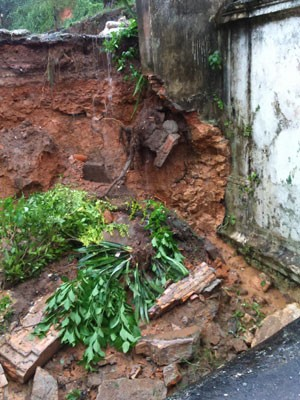 Deslizamento de terra danifica muro em Salvador (Foto: Alexandra Fonseca/Arquivo Pessoal)